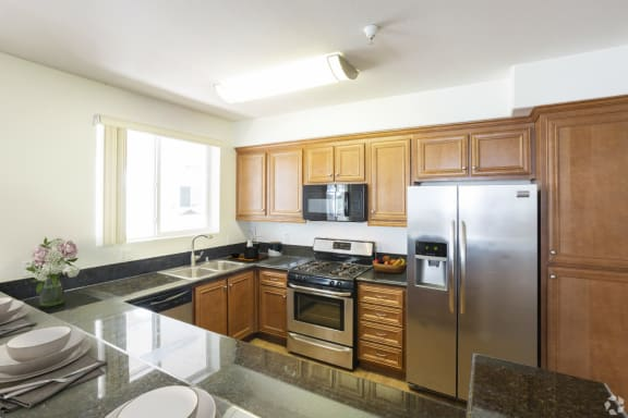 Deels_Le_Blanc_ApartmentHomes_Woodland_Hills_Kitchen