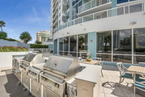 Grilling Area at Amaray Las Olas by Windsor Apartments, 215 SE 8th Ave, FL