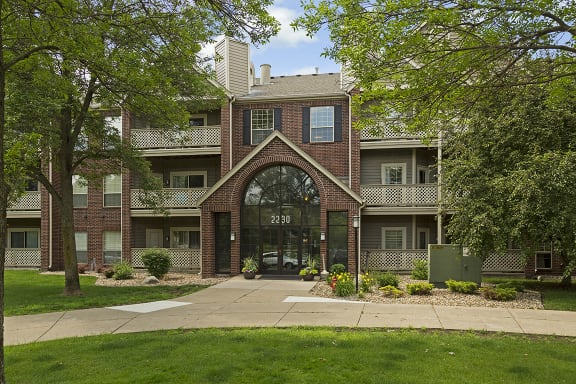 Regency Woods Apartments in Minnetonka, MN Building Exterior