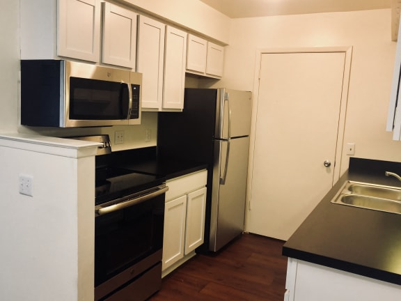 European-Style Kitchen With Breakfast Bar, at Three Oaks Apartments, Troy, 46241