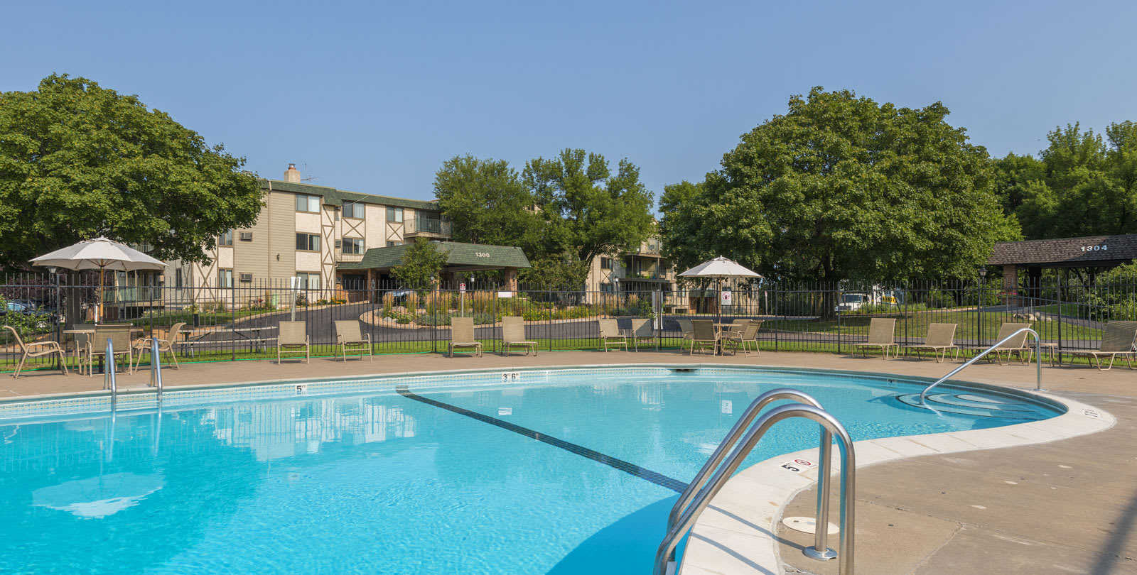 Medicine Lake Apartments in Plymouth, MN Outdoor Pool