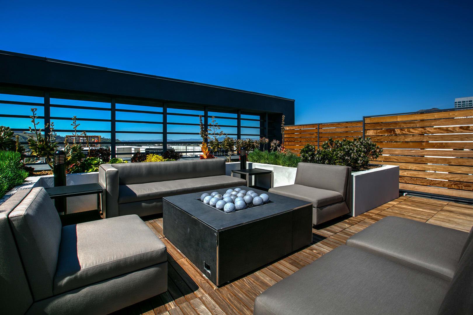 Skydeck Firepit, at Legendary Glendale Apartment Homes, California, 91203