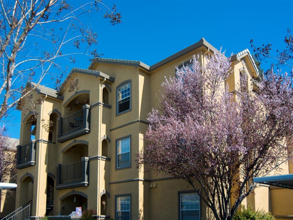 Exterior Building l Oak Brook Apartments in Rancho Cordova CA