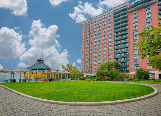 Landscaped courtyard at Windsor at Mariners, 100 Tower Dr., Edgewater