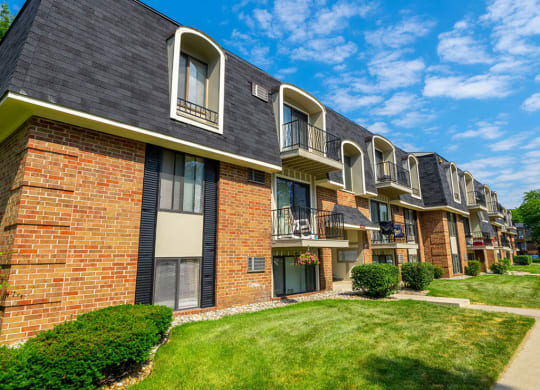 Courtyard With Green Space at Hickory Village Apartments, Mishawaka, 46545