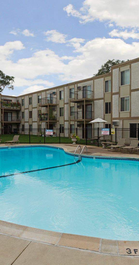 Lou Park Apartments in St. Louis Park, MN Outdoor Pool