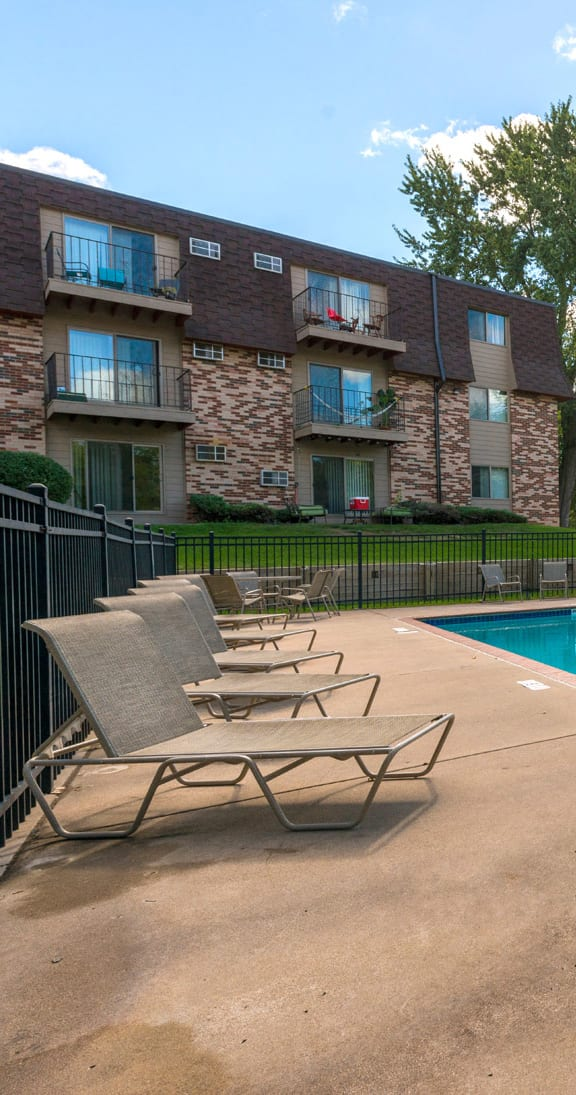 Silver Ridge Apartments in Maplewod, MN Outdoor Pool
