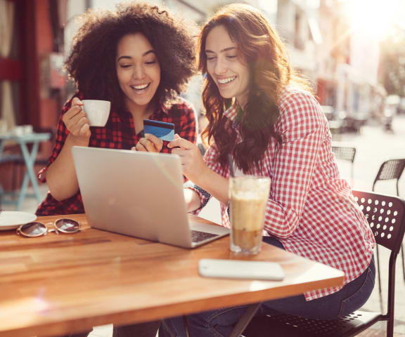 stock image- friends with laptop drinking coffee in café