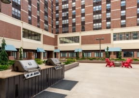 Mears Park Place Apartments in St. Paul, MN Outdoor Courtyard and Grills