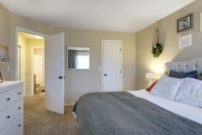 Regency Woods Apartments in Minnetonka, MN Bedroom