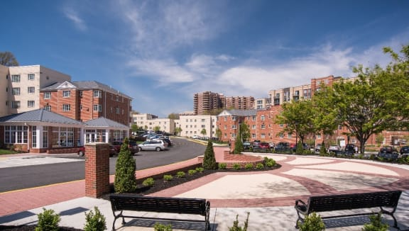courtyard area at Woodbury Park at Courthouse apartments in Arlington VA
