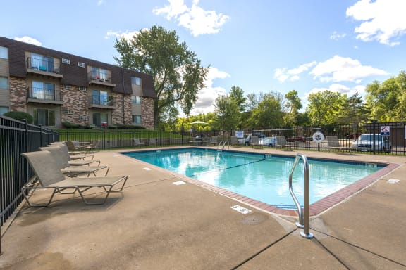 Silver Ridge Apartments in Maplewood, MN Outdoor Pool