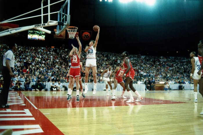 1987: Tom Chambers dominates a game full of Hall of Famers