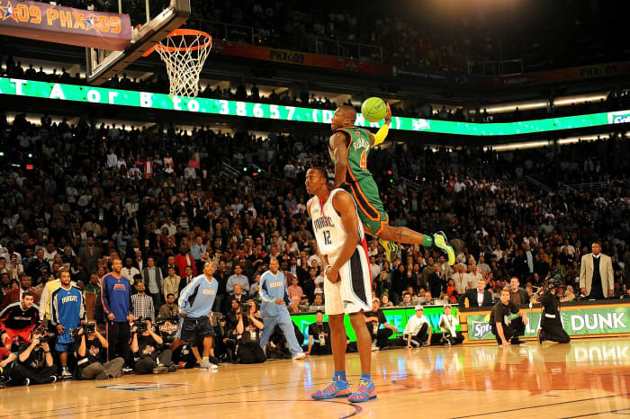 2009: Dwight Howard lets Nate Robinson dunk on him