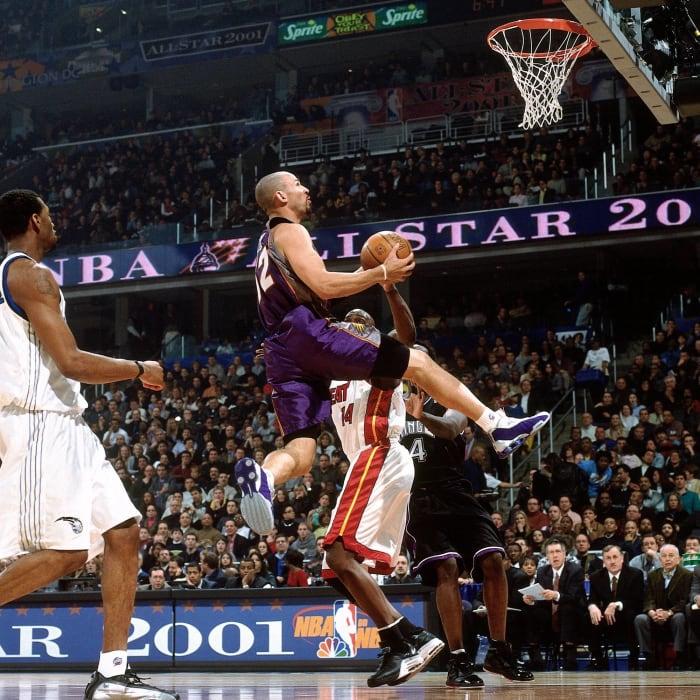 2001: Jason Kidd drops a half-court bomb