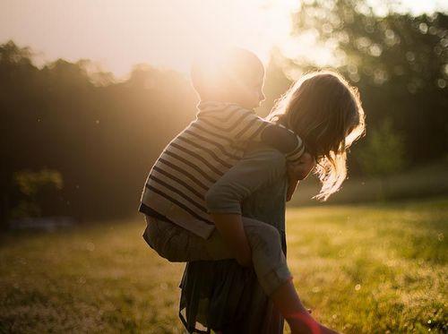 Barnvakt bär ett barn på ryggen
