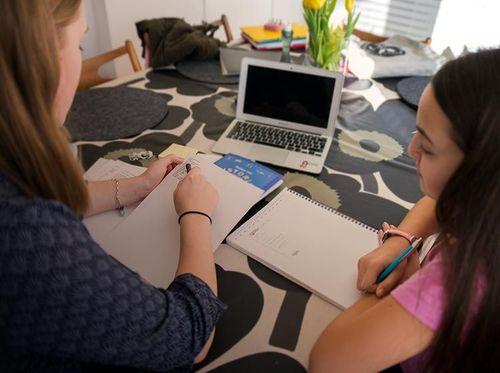 Läxhjälp-headerTvå ungdomar läser läxor vid matbordet