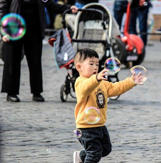Barn som leker med sin barnvakt i Stockholm