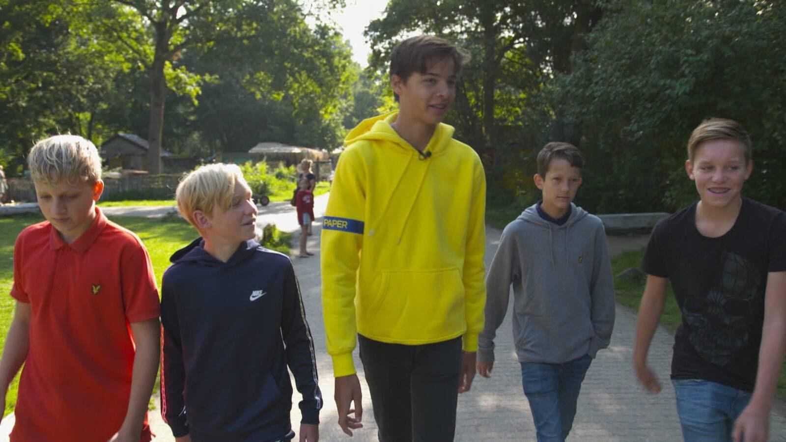 13-летний Янник с друзьями: благодаря операции его рост в будущем будет 2,08, а не 2,15 м (фото NOS).