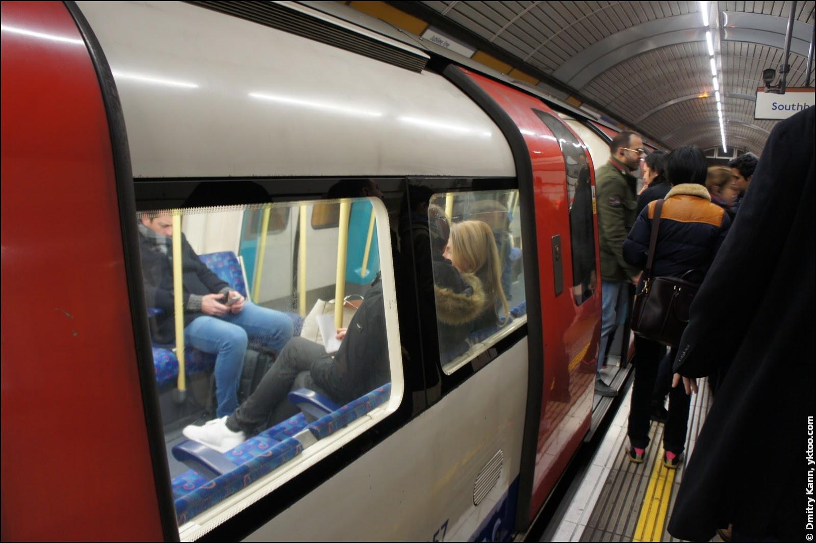 Поезд метро ненормального размера.