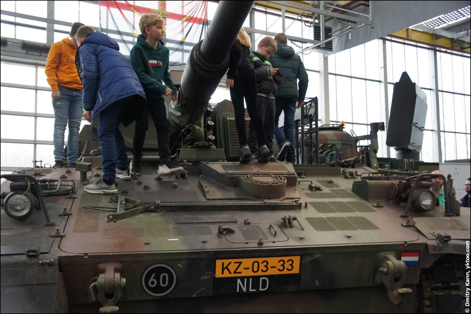 Танк Houwitser PzH2000NL.