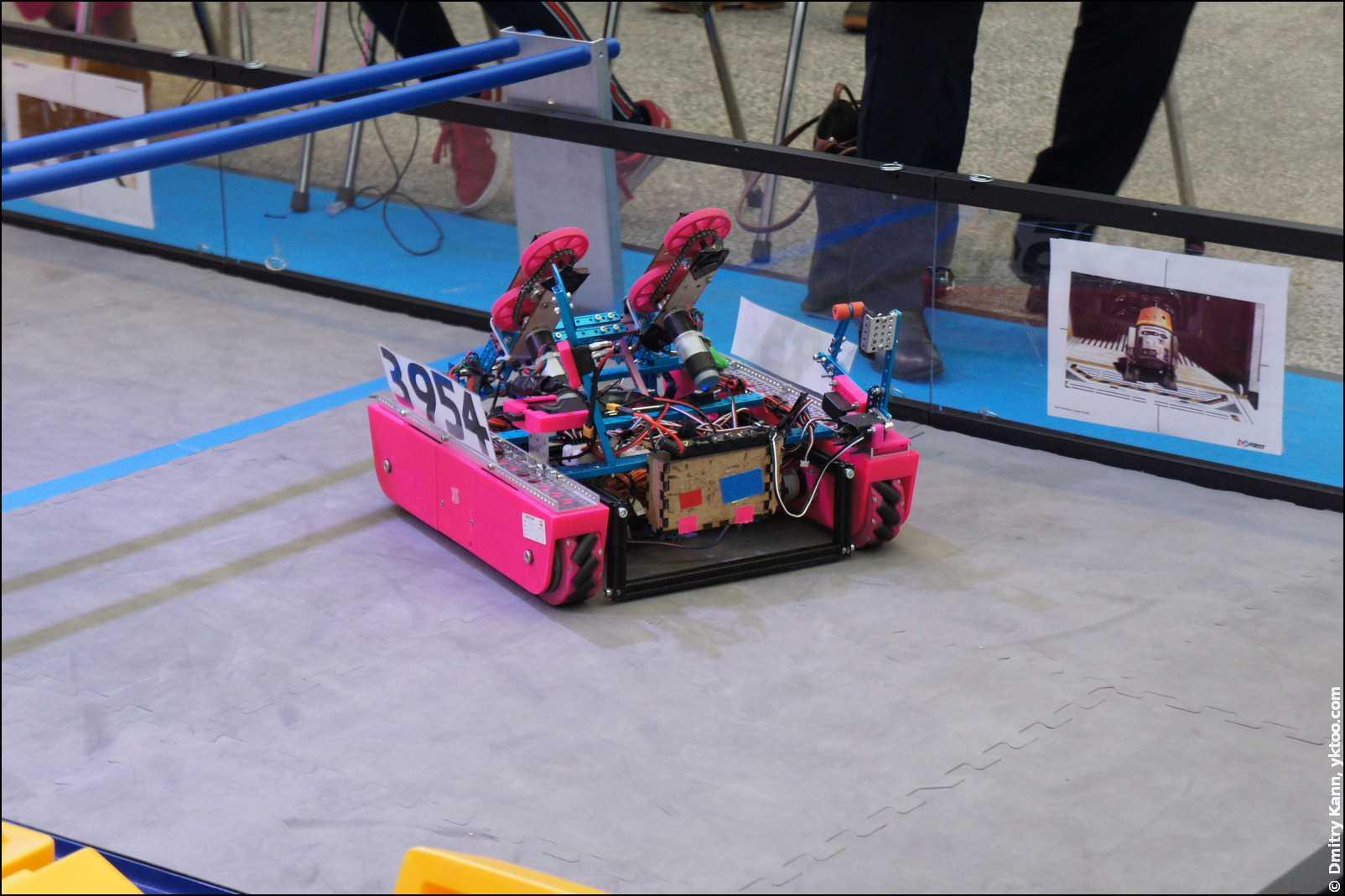 Робот для сборки Лего.