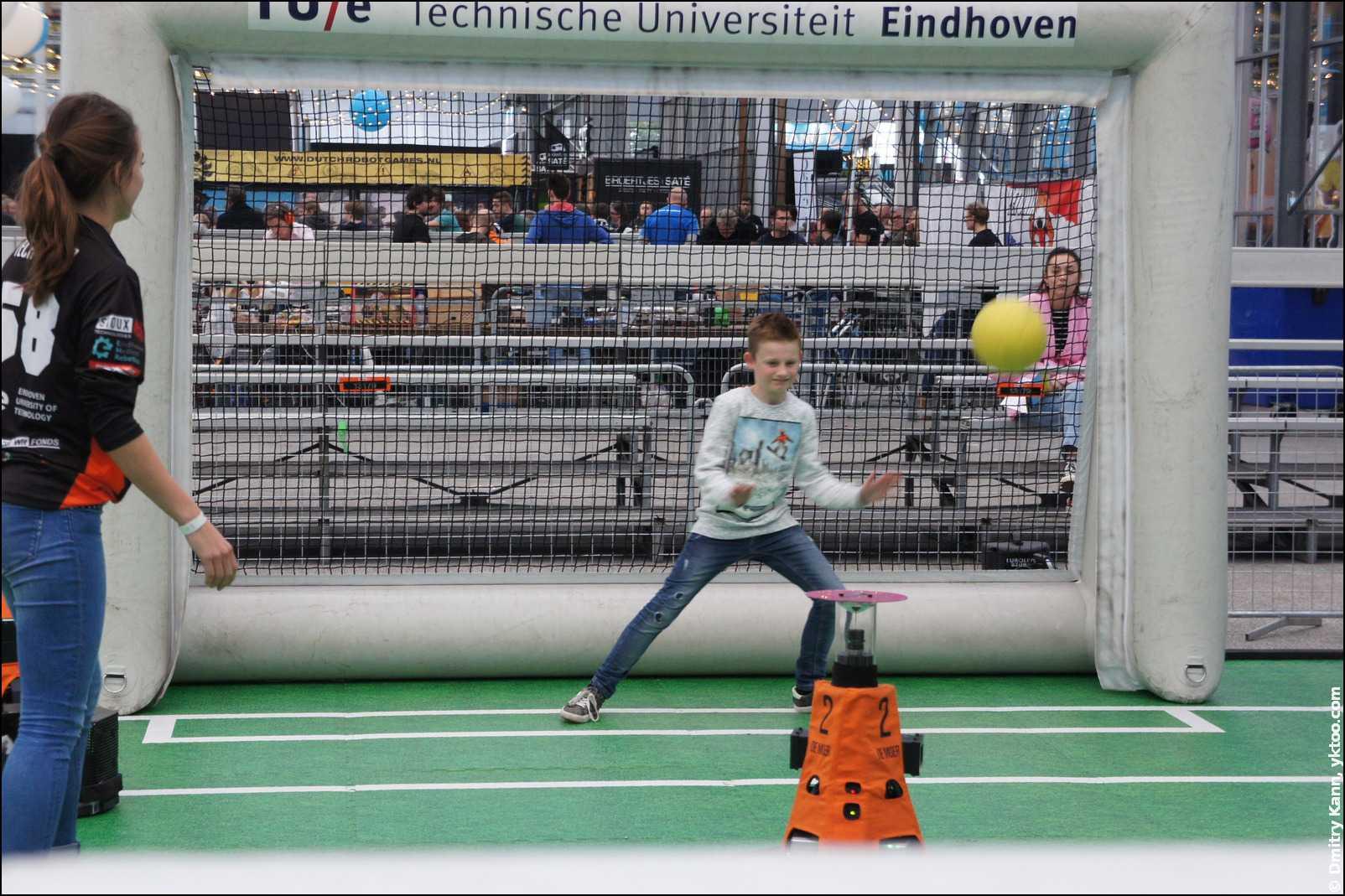 Робот-футболист тренирует вратаря.
