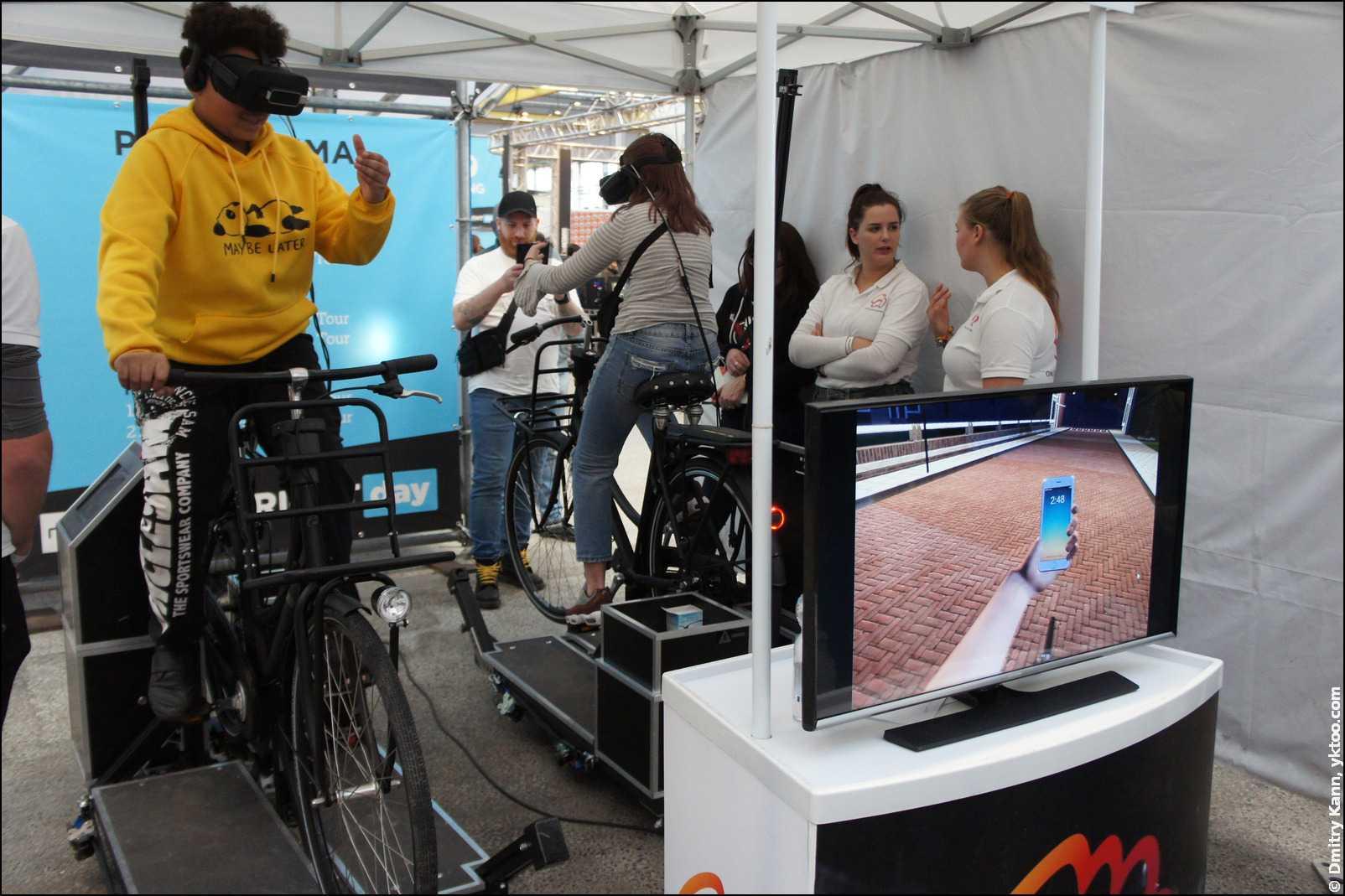 Виртуальный телефон в руке велосипедиста.