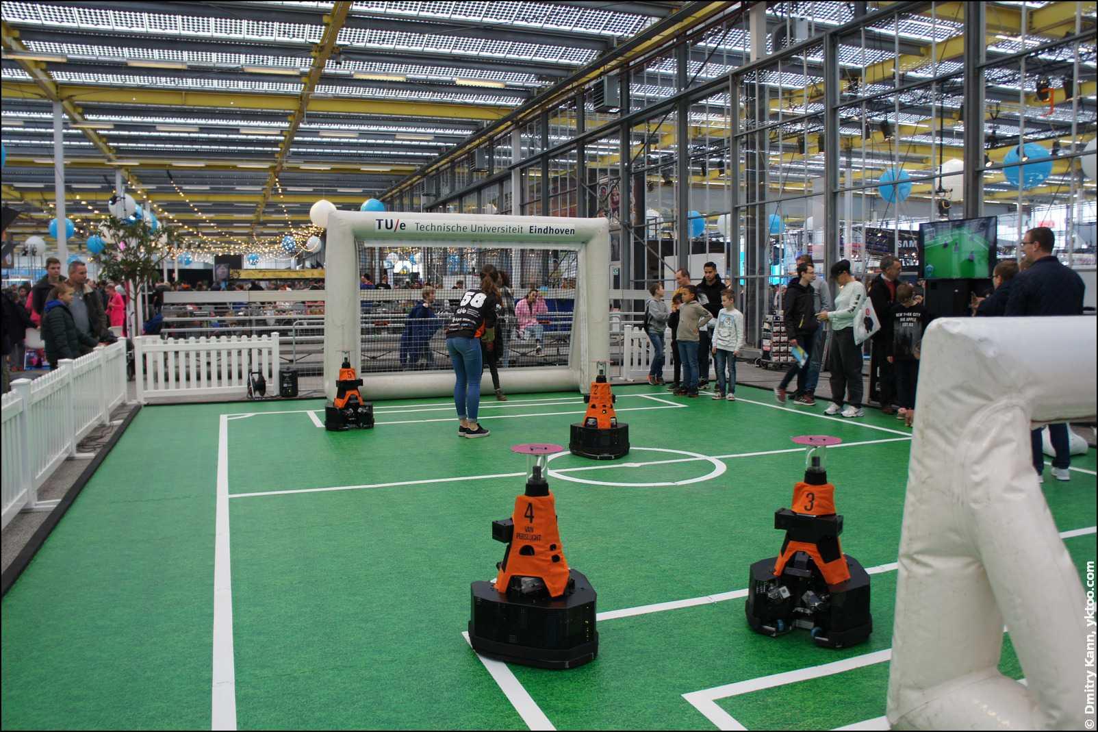 Роботы-футболисты.