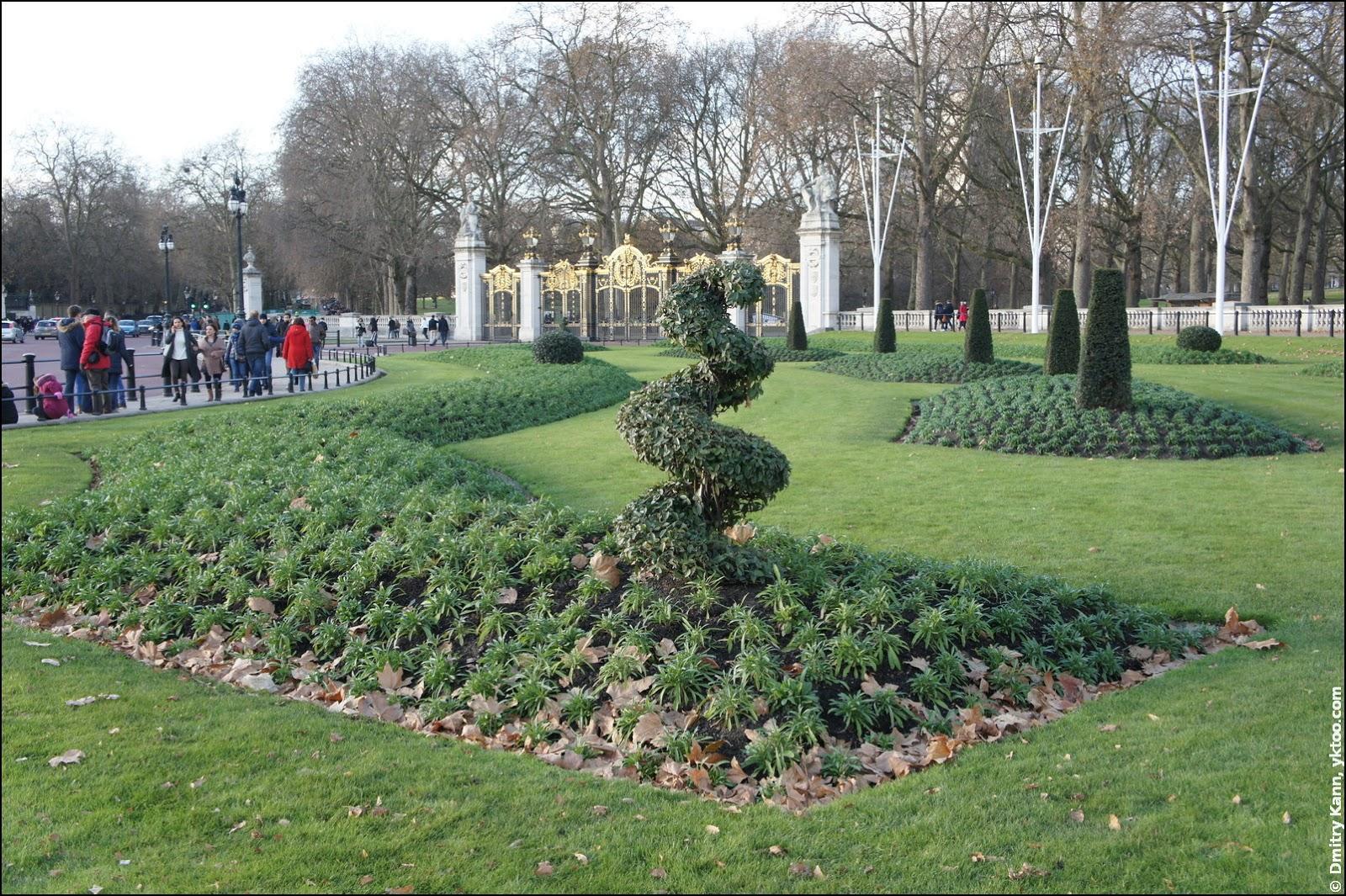 Клумбы перед Букингемским дворцом.