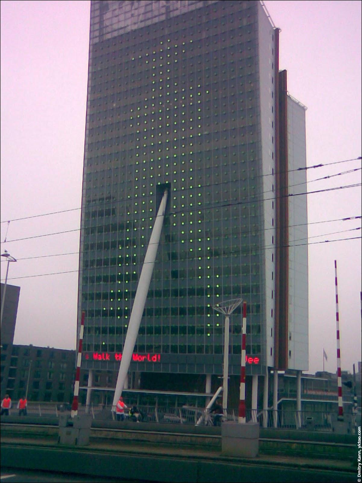 Дизайнеры этого здания явно не рассчитывали, что на нём будет рисоваться шагающий человечек.