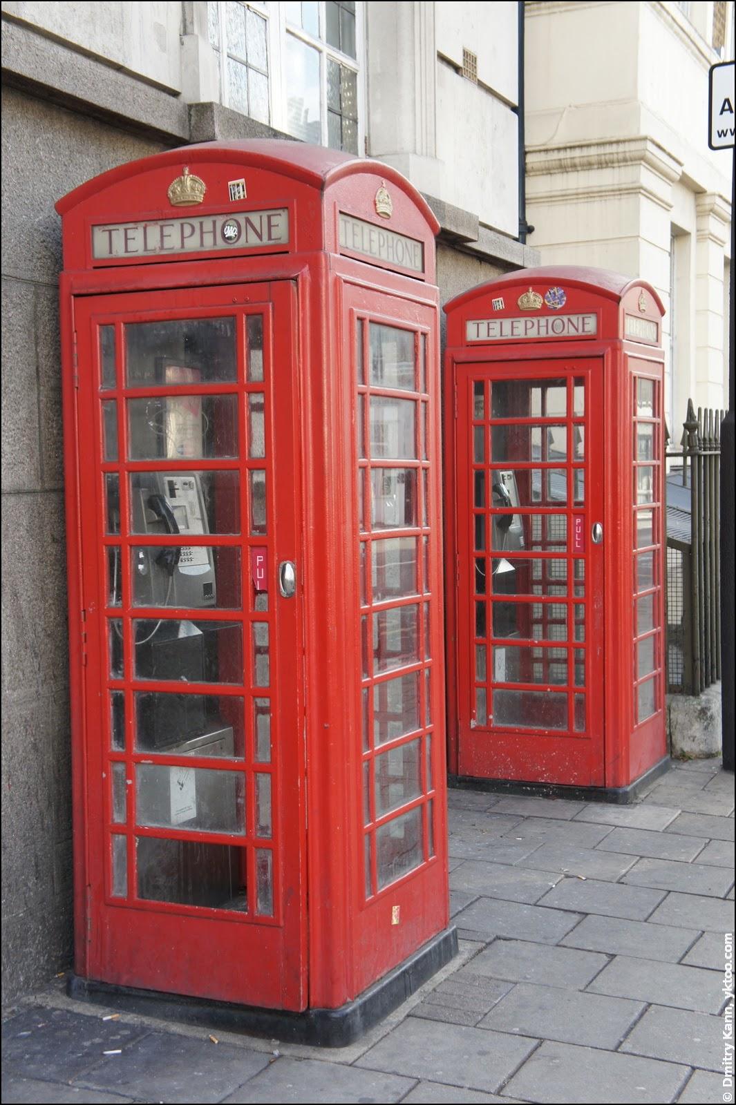 Красная телефонная будка, даже две сразу.