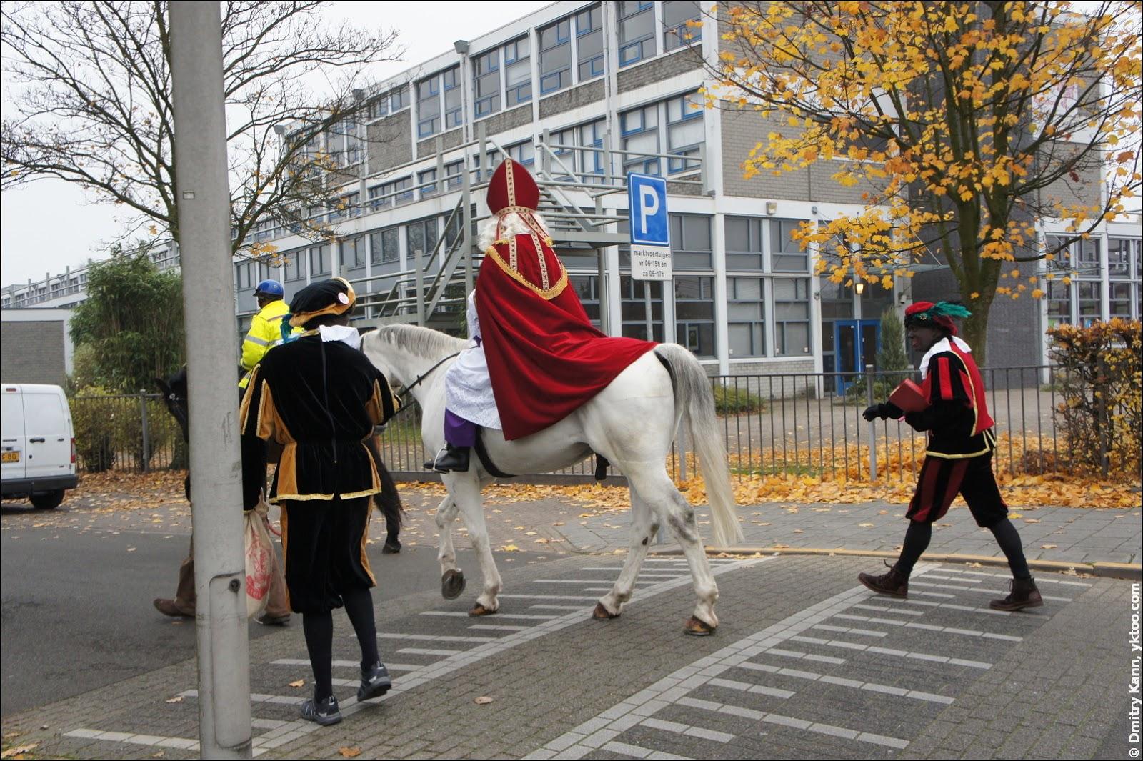 Синтерклаас на своей лошади Америго.