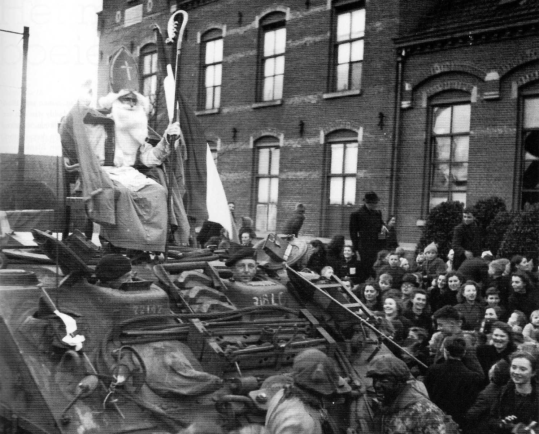 Прибытие святого в 1944 году в Розендал на канадском танке. Фото @jan_stroop/Twitter.