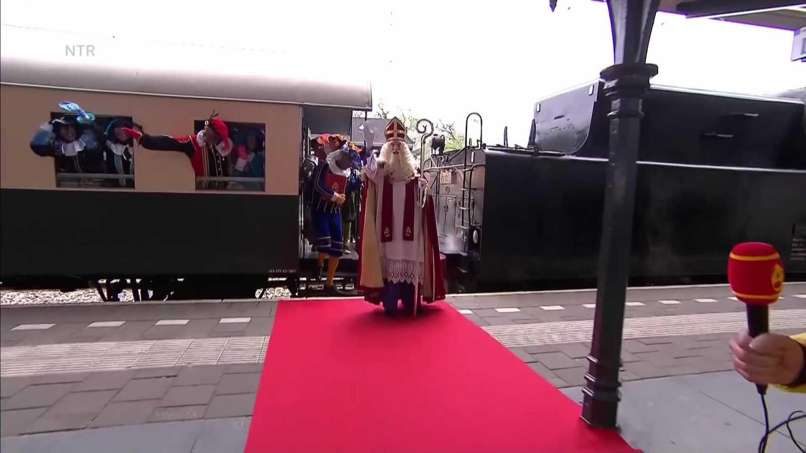 Прибытие Синтерклааса — на поезде. Кадр из видео NTR.