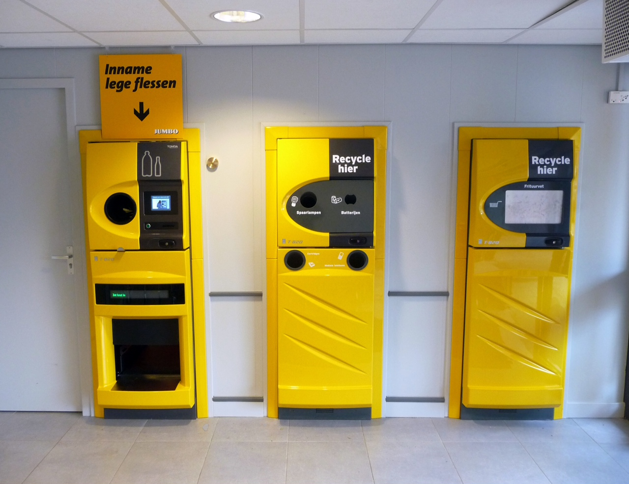 Автоматы для приёма бутылок, неисправных ламп и масла для фритюра в супермаркете Jumbo. Фото: Tomra Systems/Wikimedia/CC-BY-SA-3.0.