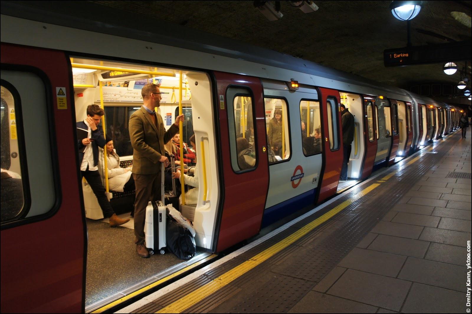 Поезд метро нормального размера.