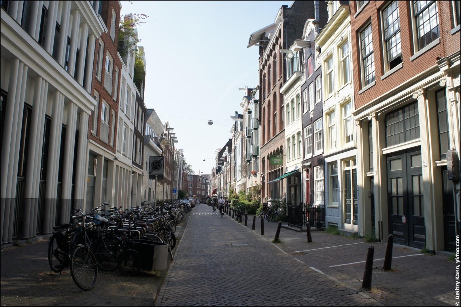Типичная амстердамская нетуристическая улица.
