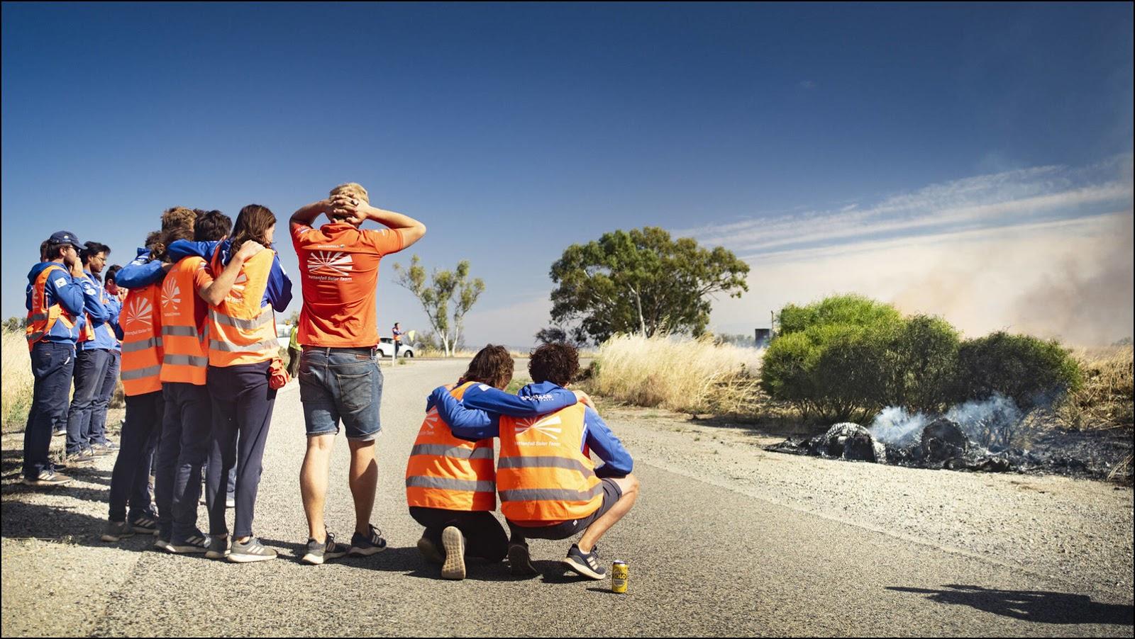 Vattenfall Solar Team и останки NunaX. Фото: TU Delft.