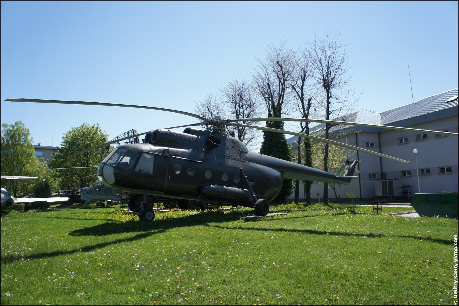 Вертолёт Ми-8.
