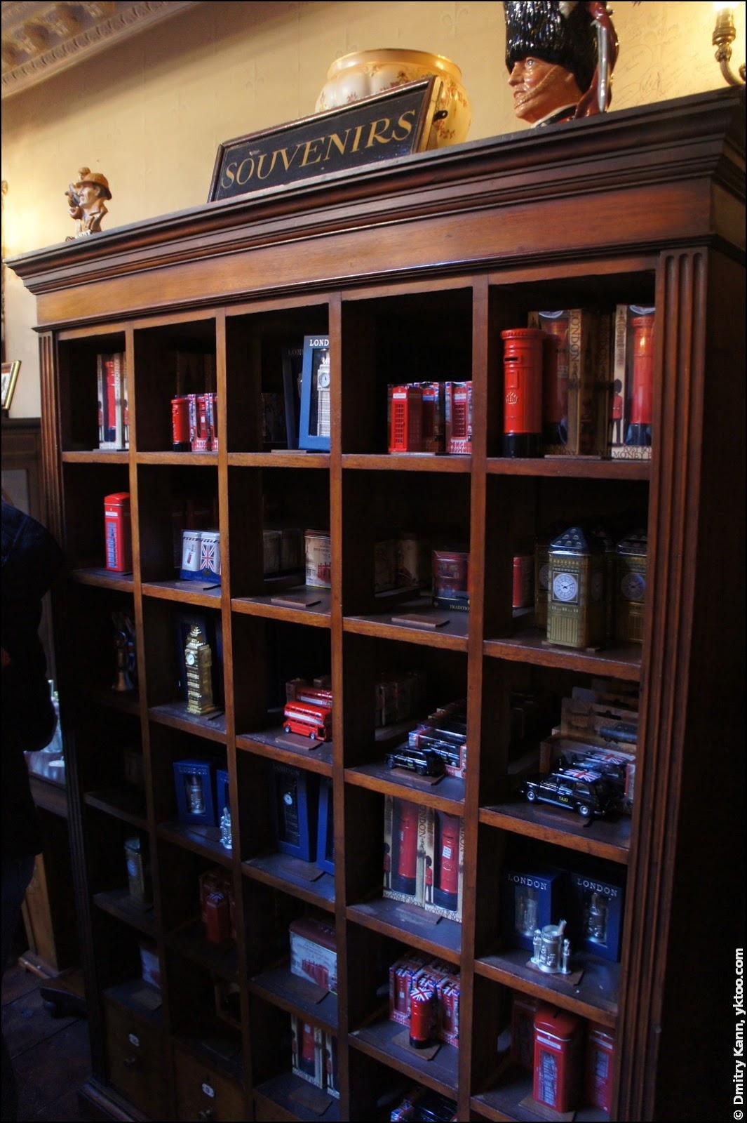 Лавка музея Шерлока Холмса: сувениры.