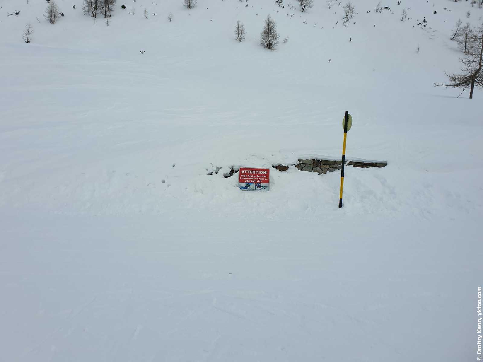 Предупреждение на спуске с ледника: «Внимание! Высокогорная область Альп. Покидайте размеченные маршруты на свой страх и риск».
