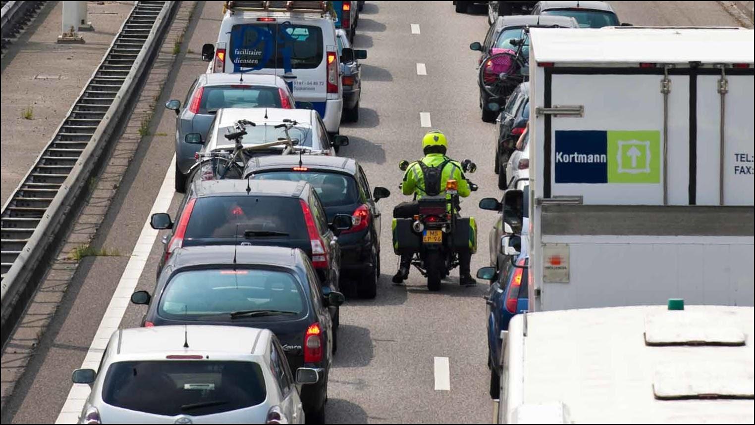 Как разрешено проезжать пробку. Фото: ANWB.