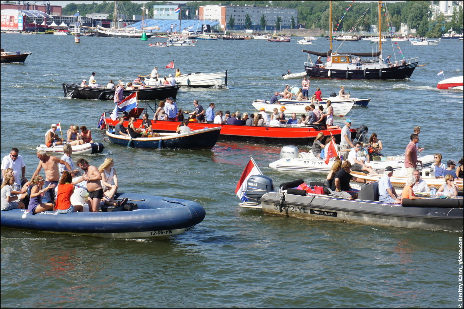Эй. Моторные лодки.