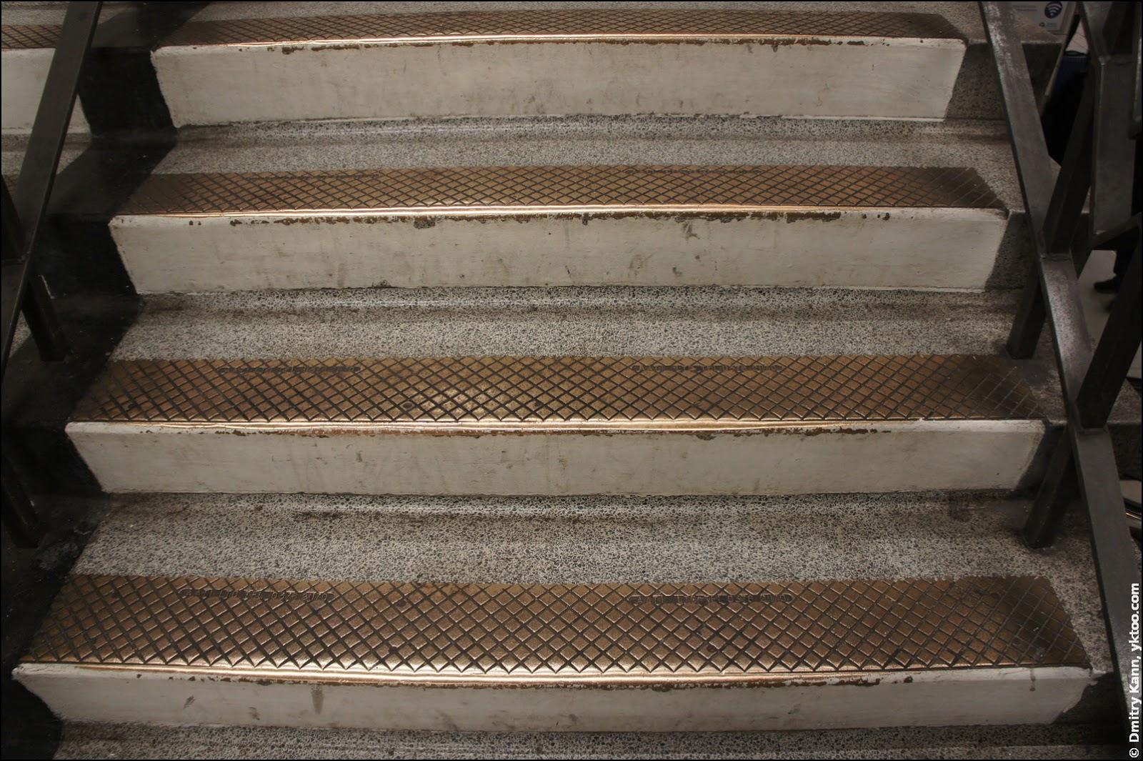 Ступеньки лестницы лондонского метро.