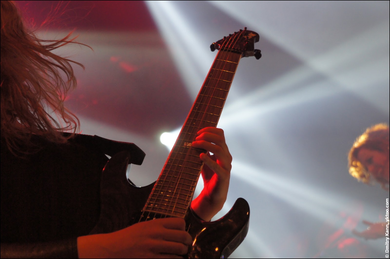 Мерел Бехтолд и её семиструнная гитара.