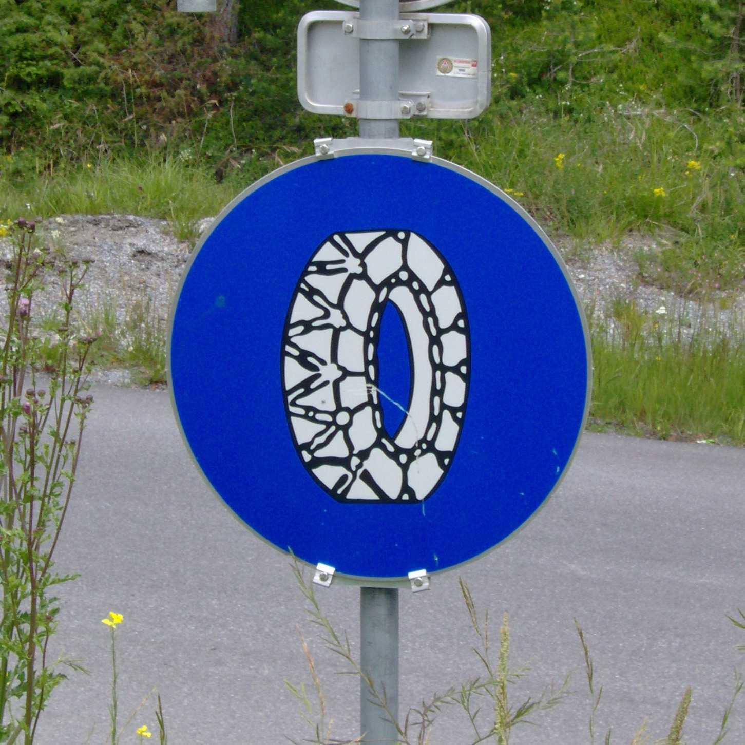 Дорожный знак об использовании цепей противоскольжения. Фото: Tubantia/Wikimedia/CC-BY-SA-3.0.