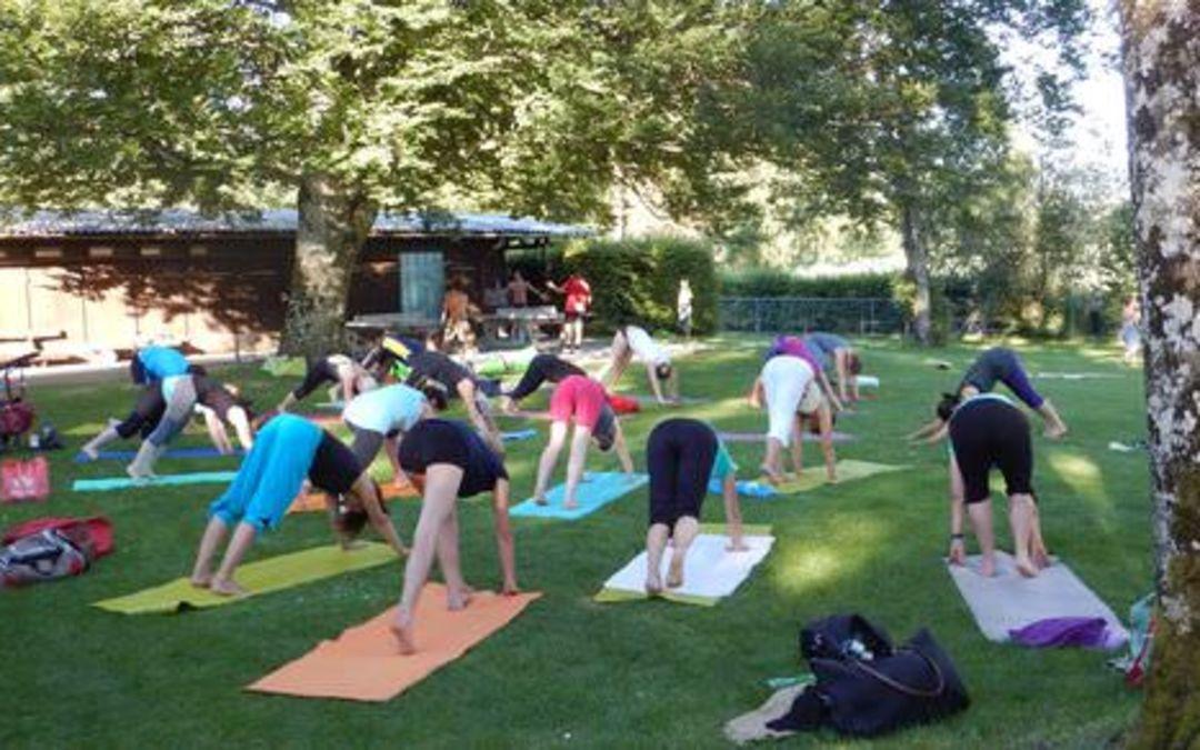Yoga draussen – zum Beispiel am See
