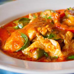 meal prep bestellen - Hähnchenbrust in rotem Curry und Wok-Gemüse