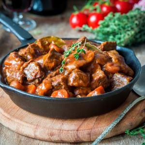 Fitness Meals bestellen - Geschmorte Rinderfleischwürfel mit Paprikasauce und Karotten-Rösti